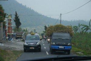 Ein Überbreiter Kleintransporter wird schon mal mit Lichthupe und wenig Rücksicht auf den Gegenverkehr überholt