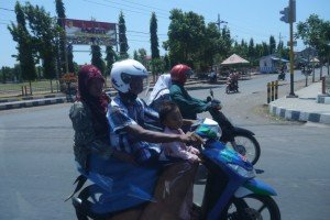 Klassisches Bild einer Familie mit dem Moped!